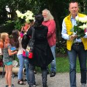 50 weiße Rosen für Frieden und Zukunft
