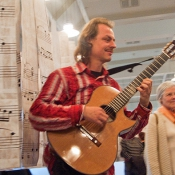 Geburt der Idee · Musiker Burkhard Wolters beim Interpretieren der Noten